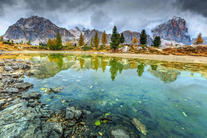Underbar alpin sjö med dimmiga maxima i bakgrund, Dolomites, Italien royaltyfria foton
