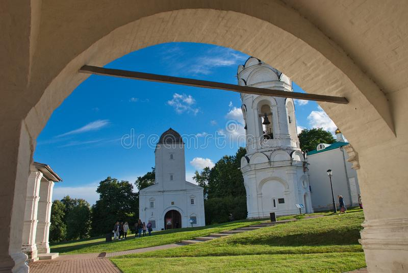 Underbar arkitektur och naturlig skönhet i museumreserven Kolomenskoye i Moskva royaltyfri foto