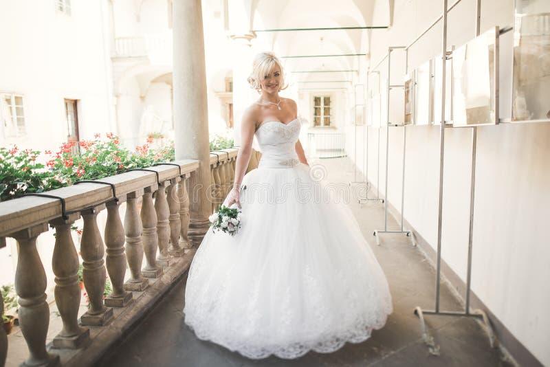 Download Underbar Brud Med En Lyxig Vit Klänning Som Poserar I Den Gamla Staden Fotografering för Bildbyråer - Bild av brudgum, romantiker: 76702785