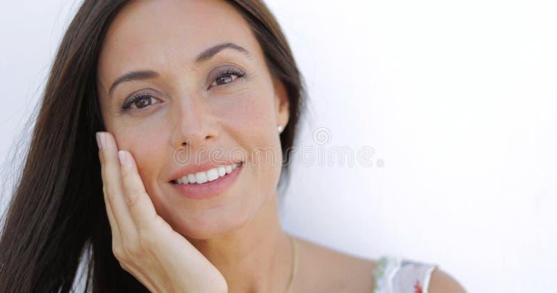 Underbar brunett som poserar på kameran royaltyfri fotografi