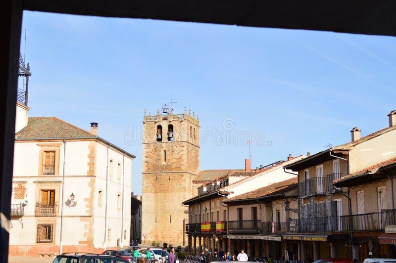 Underbar fyrkant av staden av den Riaza vaggan av de röda byarna i tillägg av den härliga medeltida staden i Segovia Arkitektur L royaltyfri bild