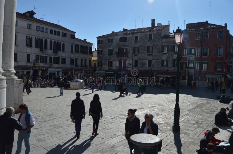 Underbar fyrkant som är full av liv av den San Barnaba Countryside In Venice At soluppgången Lopp ferier, arkitektur Mars 28, 201 fotografering för bildbyråer