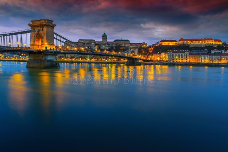 Underbar kedjebro och Buda slott på soluppgång, Budapest, Ungern royaltyfri fotografi