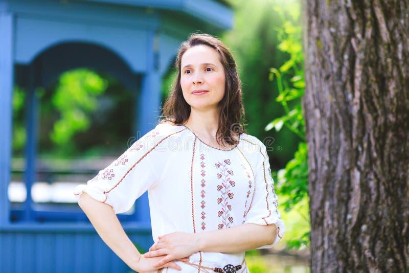 Underbar kvinna i vårblomningträdgård Drömlik och fantastisk gir fotografering för bildbyråer