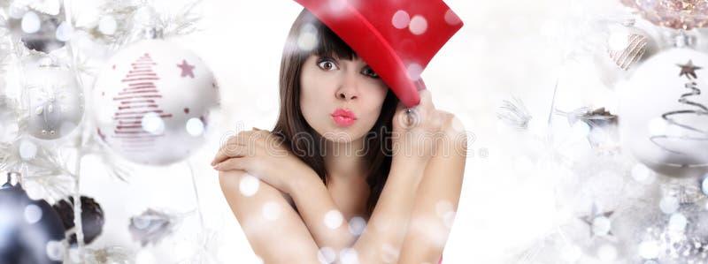 Underbar kvinna som förvånas på julbakgrund med bollar royaltyfria foton