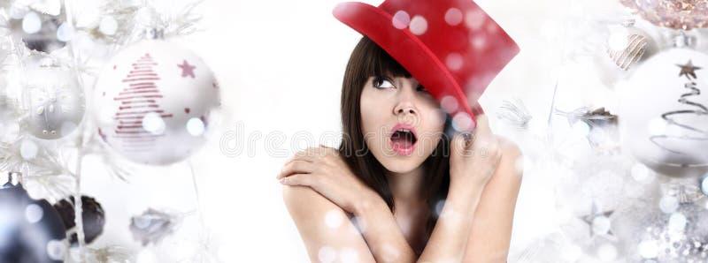 Underbar kvinna som förvånas på julbakgrund med bollar och arkivfoto