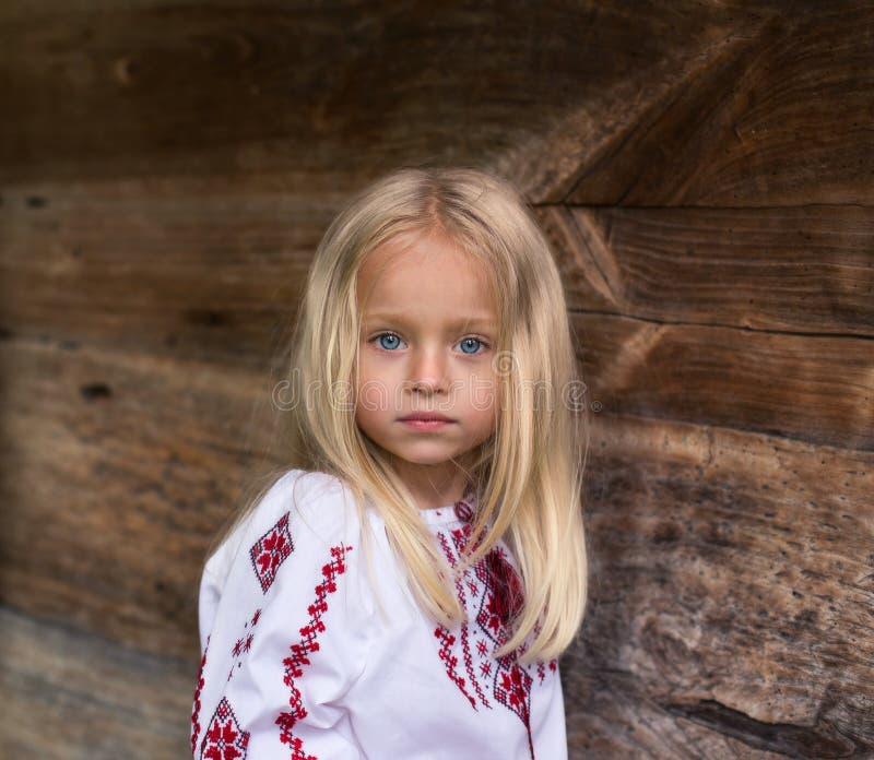 Underbar liten blond flicka i ukrainsk nationell dräkt arkivbilder