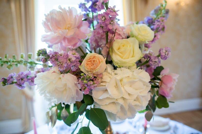 Underbar lyxig br?llopbukett av olika blommor arkivbild