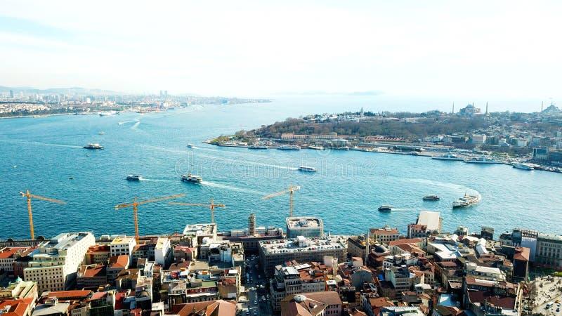 Underbar panoramautsikt av Istanbul på skymning över det guld- hornet royaltyfria foton
