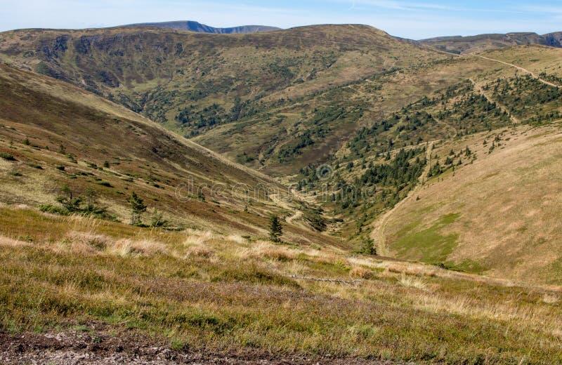 Underbar sikt av Carpathians berg Bergkullebakgrund Carpathians berglandskap arkivfoto