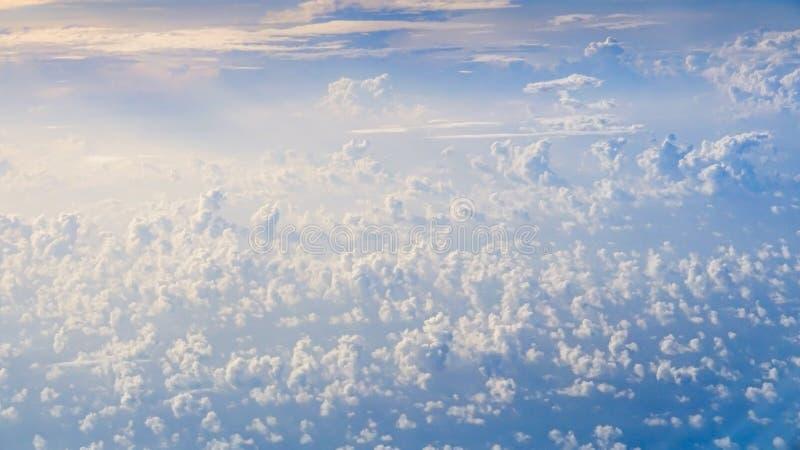Underbar sikt av himlen och molnen med ljus av solen från över royaltyfri fotografi