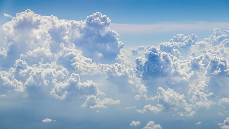 Underbar sikt av himlen och molnen med ljus av solen från över royaltyfria bilder