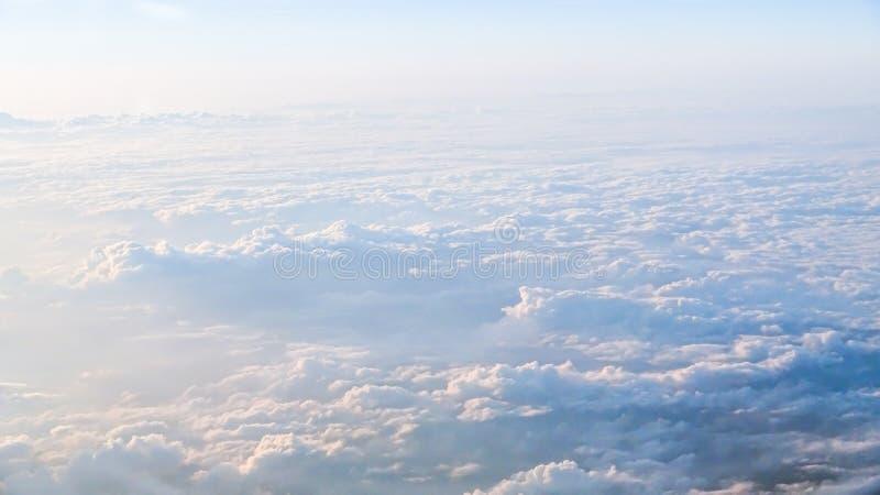 Underbar sikt av himlen och molnen med ljus av solen från över royaltyfria foton