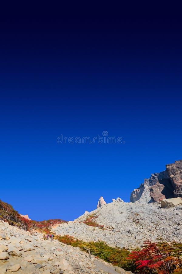 Underbar sikt på den Torres del Paine nationalparken i den guld- hösten och fotvandrare, Patagonia, Chile royaltyfri foto