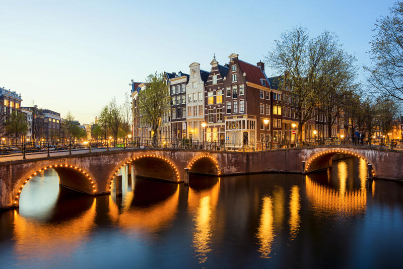 Underbar sikt på hus av Amsterdam i natt, Nederländerna royaltyfria foton