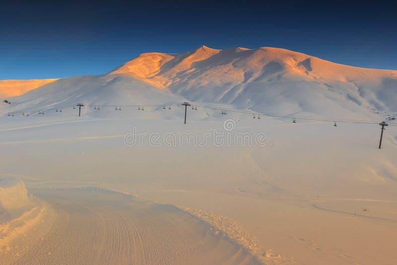 Underbar soluppgång i bergen, Les Sybelles skidar regionen, franska fjällängar fotografering för bildbyråer