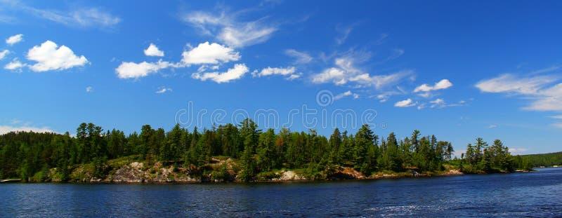 Underbar sommardag i Ontario: Nestor Falls arkivfoton