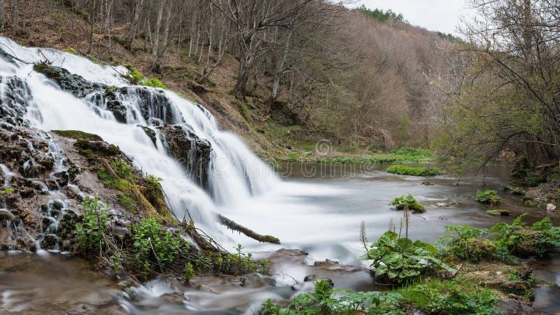 Underbar vattenfall Dokuzak i Strandzha berg i vår royaltyfria foton