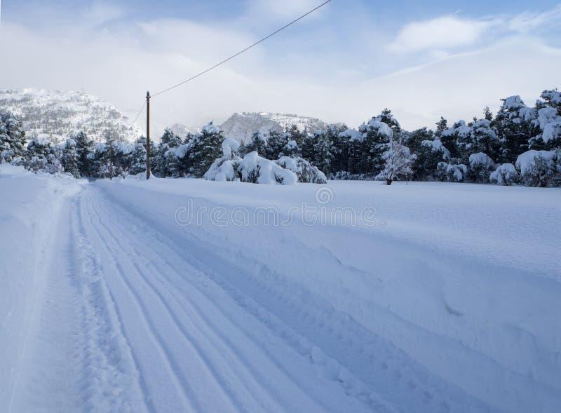 Underbar vinter f?r panoramautsikt med massor av sn? och sn?drivor i en grekisk by p? ?n av Evia, Grekland arkivbilder