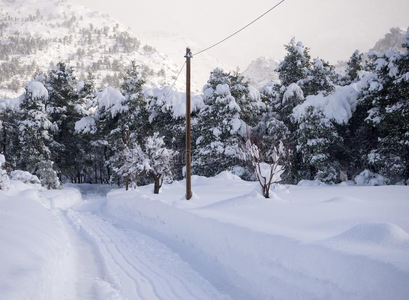 Underbar vinter f?r panoramautsikt med massor av sn? och sn?drivor i en grekisk by p? ?n av Evia, Grekland arkivfoton