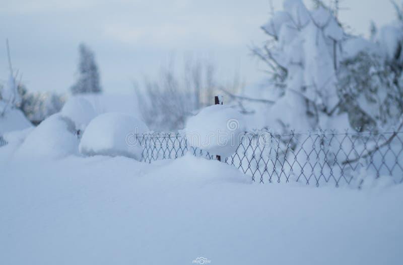 Underbar vinter f?r panoramautsikt med massor av sn? och sn?drivor i en grekisk by p? ?n av Evia, Grekland arkivbild
