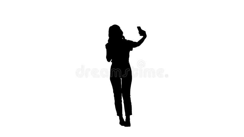 Underbar vit kvinnlig modell f?r kontur som g?r selfie, medan g? royaltyfri illustrationer