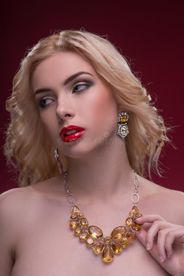 Underbara blonda bärande smycken arkivfoto