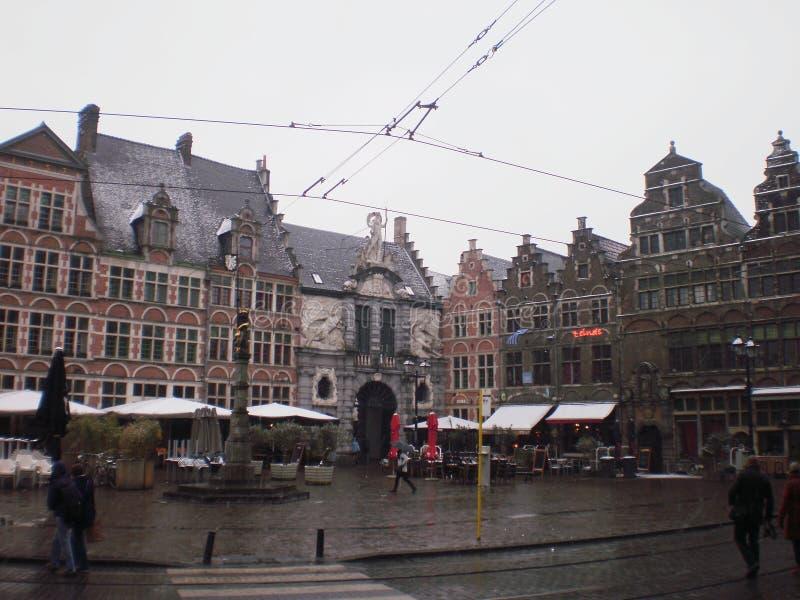 Underbara medeltida stilbyggnader i den Sint Veerleplein fyrkanten i byn i Ghent Mars 23, 2013 Ghent västra Flanders, arkivfoto