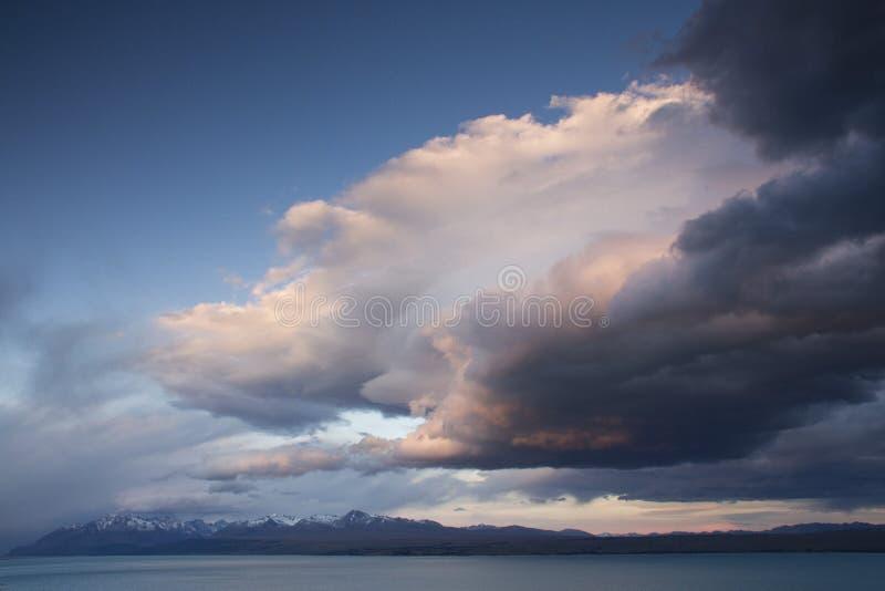 Underbara moln över sjön Pukaki, Nya Zeeland arkivbilder