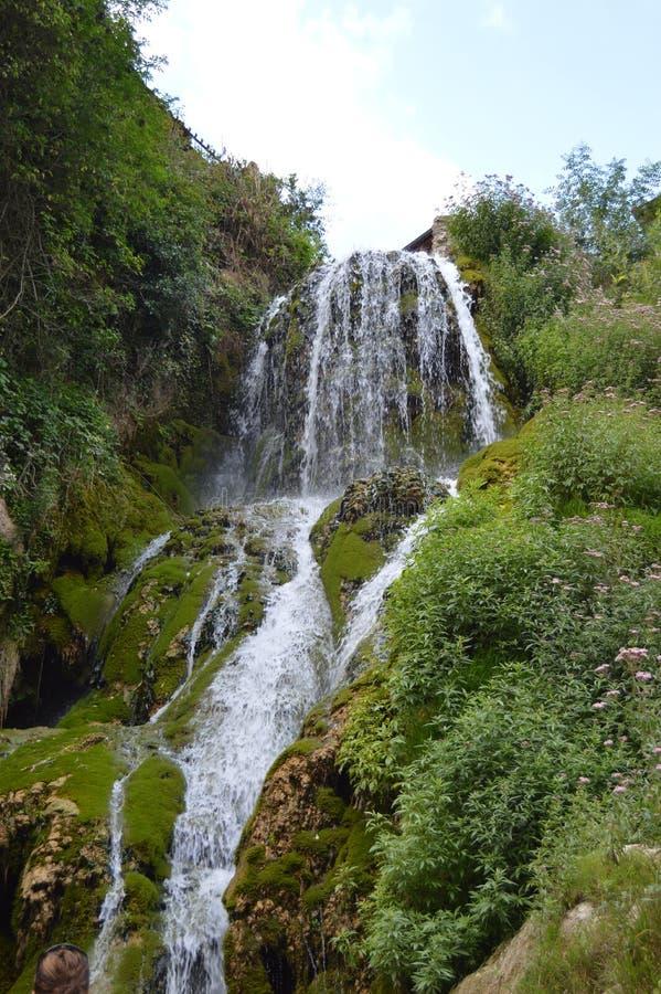 Underbara vattenfall med siden- effekt av ett kristalliskt grönaktigt vatten i Orbaneja Del Castillo Augusti 28, 2013 Orbaneja De arkivbild