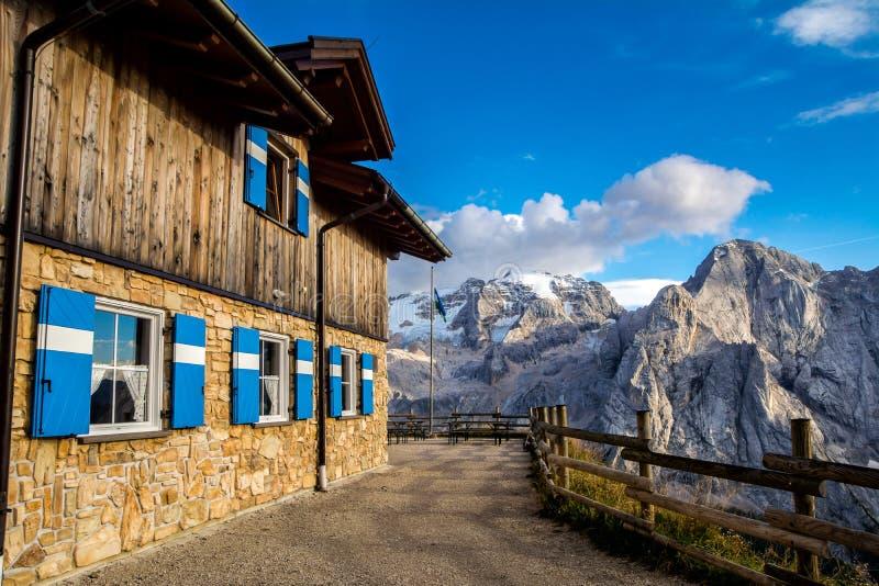 Underbart landskap av Dolomitesfjällängarna Förbluffa sikt av det Marmolada berget Läge: Södra Tyrol, Dolomites, Italien Lopp in royaltyfri foto