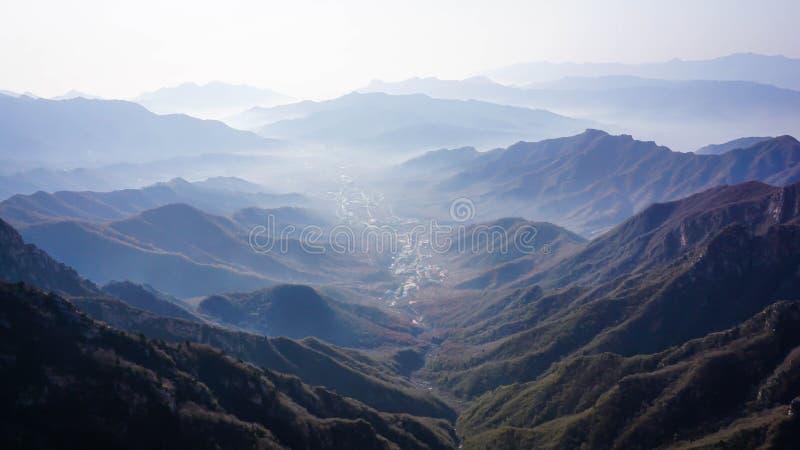 Underbart landskap av en kinesisk by uppifrån av den stora väggen av Kina royaltyfri foto