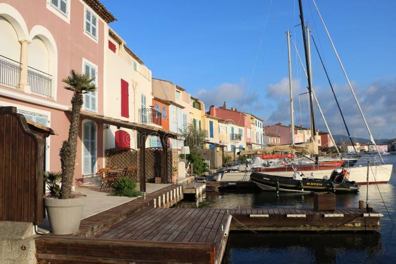 Underbart landskap av port Grimaud på den franska Rivieraen i Frankrike arkivbild