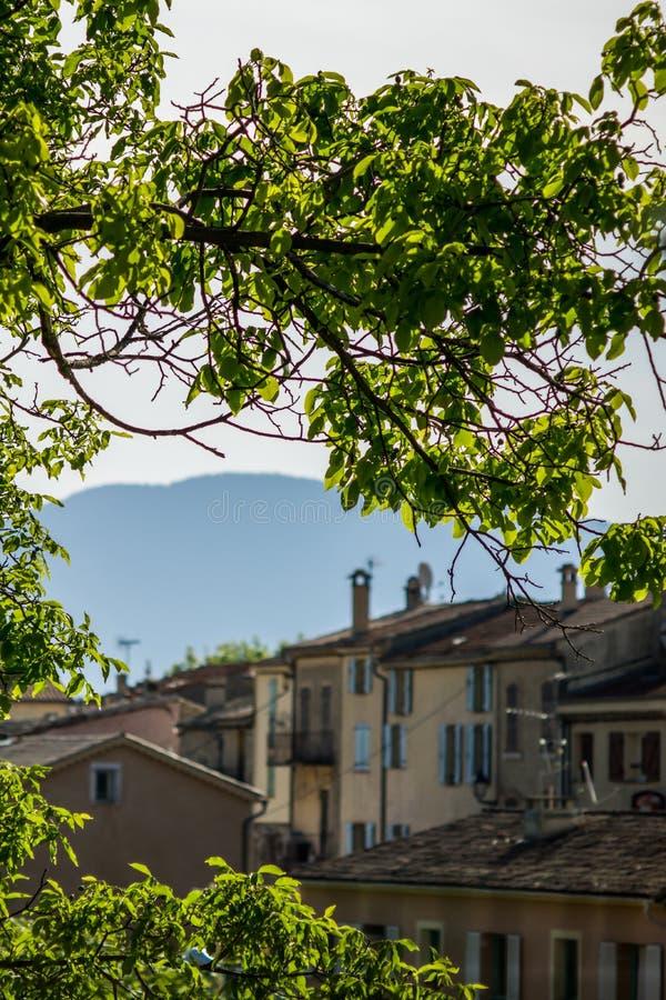 Underbart landskap för Frankrike havsfjällängar med älskvärda hus, träd och berg i bakgrund royaltyfria bilder