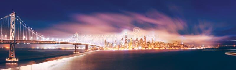 Underbart panoramisk syn på San Francisco natt royaltyfri foto