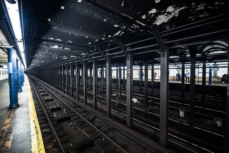 Underground Empty Subway Station Dock in New York City on line t stock image