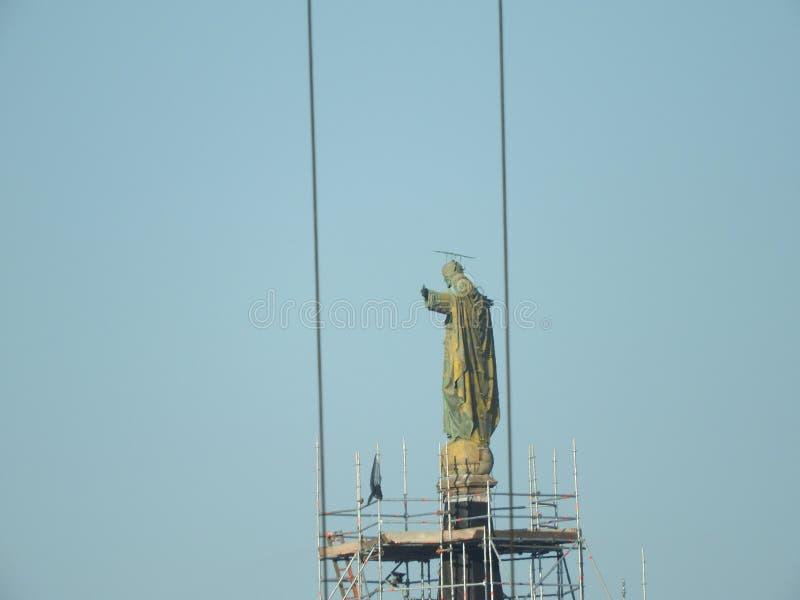 Underhåll återställande av den gamla Jesus statyn, material till byggnadsställning på kyrka royaltyfri fotografi