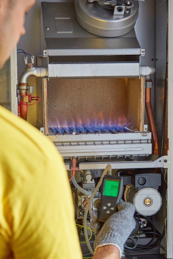 Underhåll reparation, justering, gasvärmeapparat, ledar- service royaltyfria foton