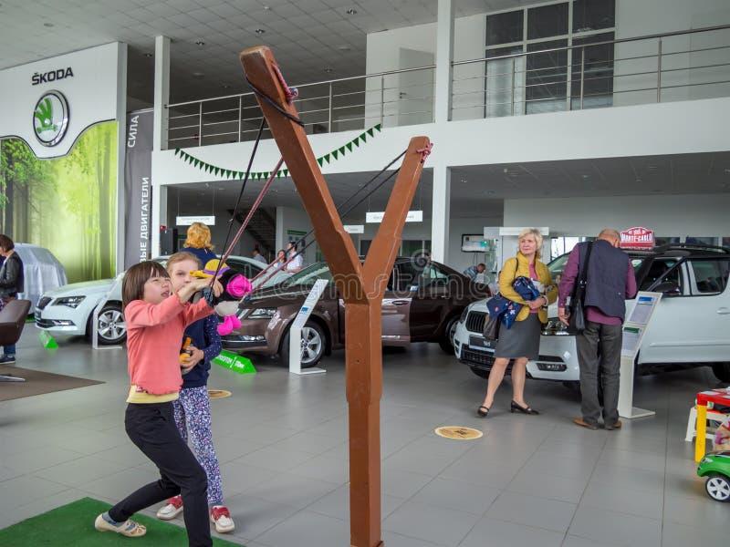 Underhållning för barn i den modiga zonen av den SKODA visningslokalen, Voronezh fotografering för bildbyråer