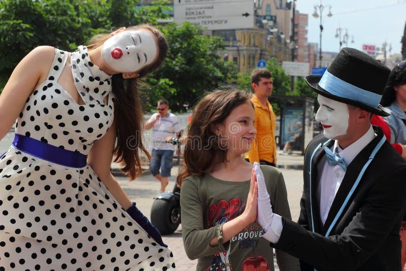 Underhållningarbete efterapar i gatan royaltyfri bild