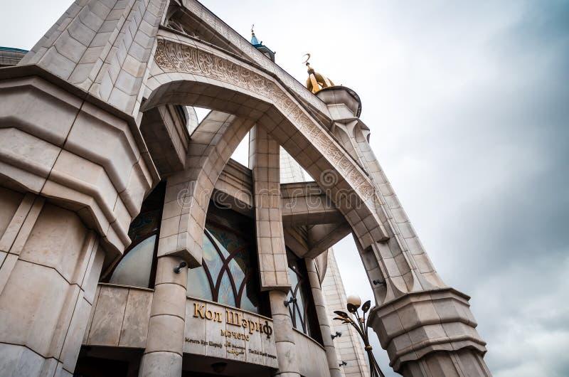 Underifrån sikt av ingången till moskén arkivbild
