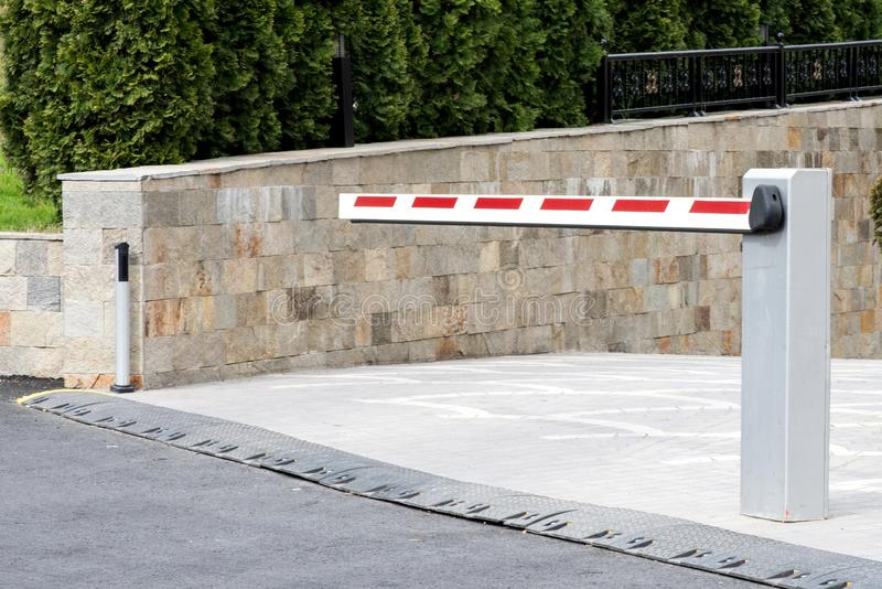 Underjordisk blick för sida för parkeringsingångsbarriär arkivbild