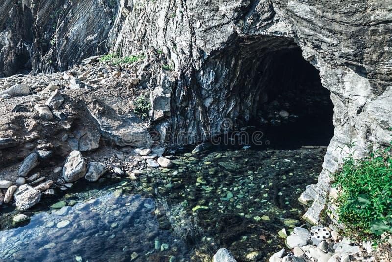 Underjordisk flod och grotta i Italien royaltyfri bild