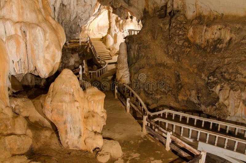 underjordisk grotta för bana i Laos, med stalagmit arkivbild