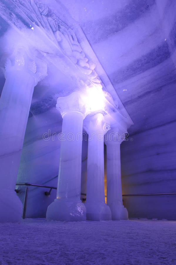 Underjordisk isvärld i violett lampa royaltyfri foto