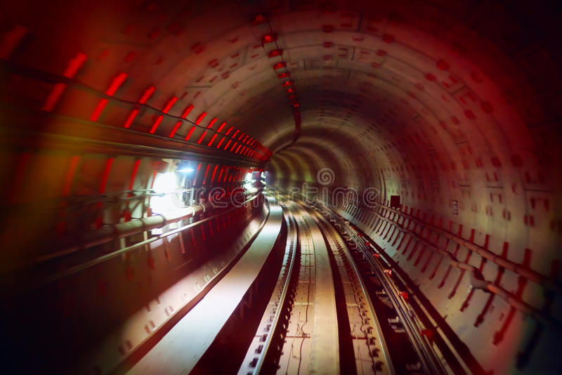 Underjordisk järnväg tunnel med färgrika ljus arkivbild