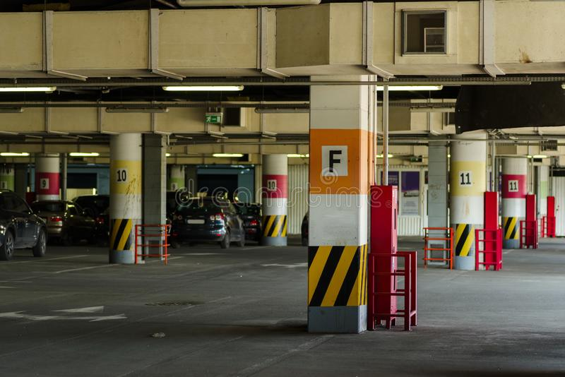 Underjordisk parkering med rodd royaltyfri fotografi