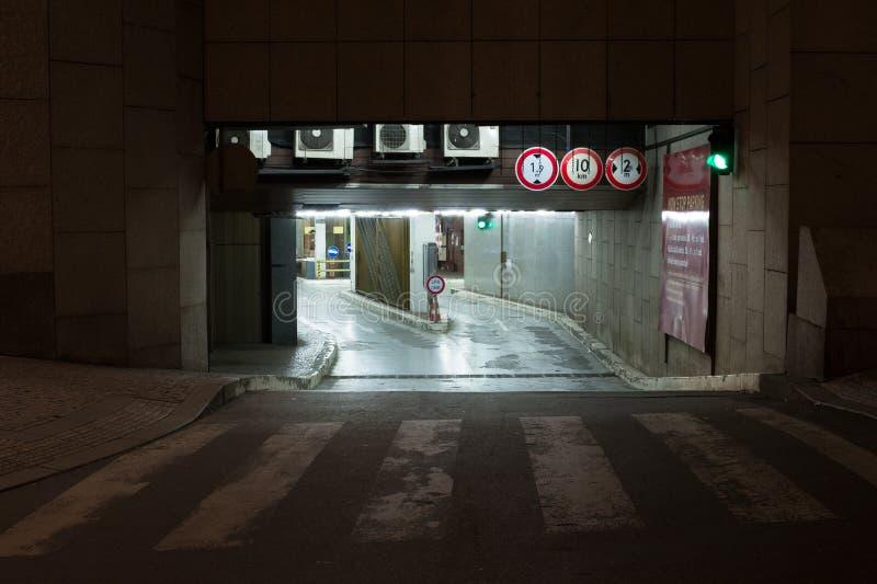 underjordisk parkeringshus royaltyfri foto