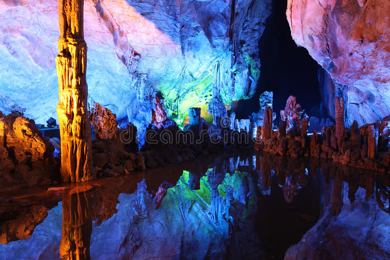 Underjordisk sjö i Reed Flute Caves i Guilin, Kina royaltyfri foto