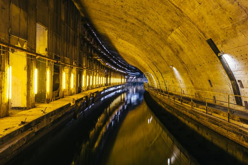 Underjordisk sovjetisk kalla krigetbunker Underjordisk ubåt som reparerar fabriken i Balaklava, Krim arkivbilder